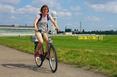 Meisje fiets op oude landingsbaan