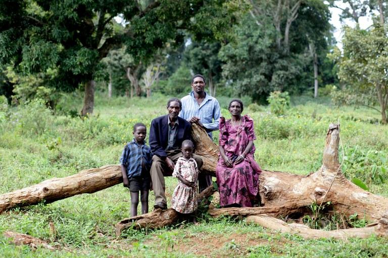 Familie poseert op omgevallen boom - copyright Jason Taylor-FOEI